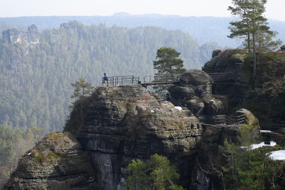 Die Aussicht in der Sächsischen Schweiz genießen? Geht! Wandern während Corona ist möglich.