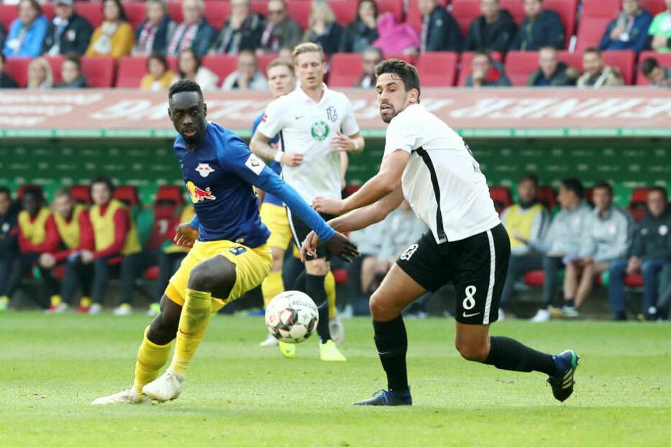 Stürmer Jean-Kévin Augustin (l., hier beim 0:0 in der Hinrunde gegen den Ex-Leipziger Rani Khedira) könnte Yussuf Poulsen ersetzen, wenn der mit Wadenproblemen weiter ausfällt.