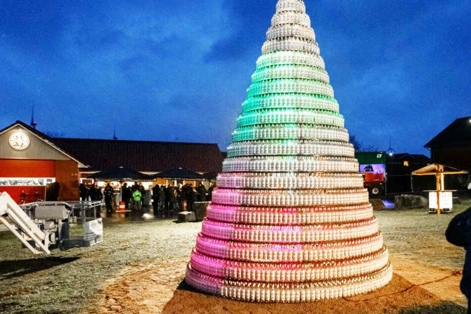 Deutschlands größte Schnaps-Idee? Dieser Tannenbaum besteht aus über 5000 Flaschen Korn!