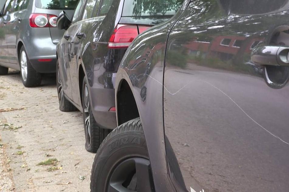 Die Reifen der Autos sind zerstochen, der Lack zerkratzt.