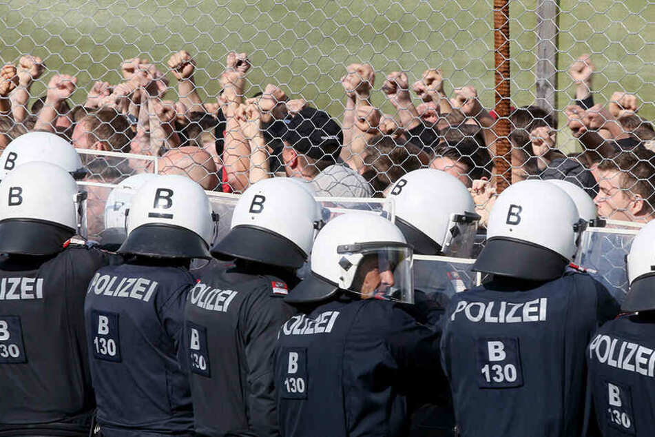 """Polizisten stehen Darstellern bei der Grenzschutzübung """"Proborders"""" an der Grenze zu Slowenien gegenüber. Die Übung soll die Abwehr von Flüchtlingen schulen."""