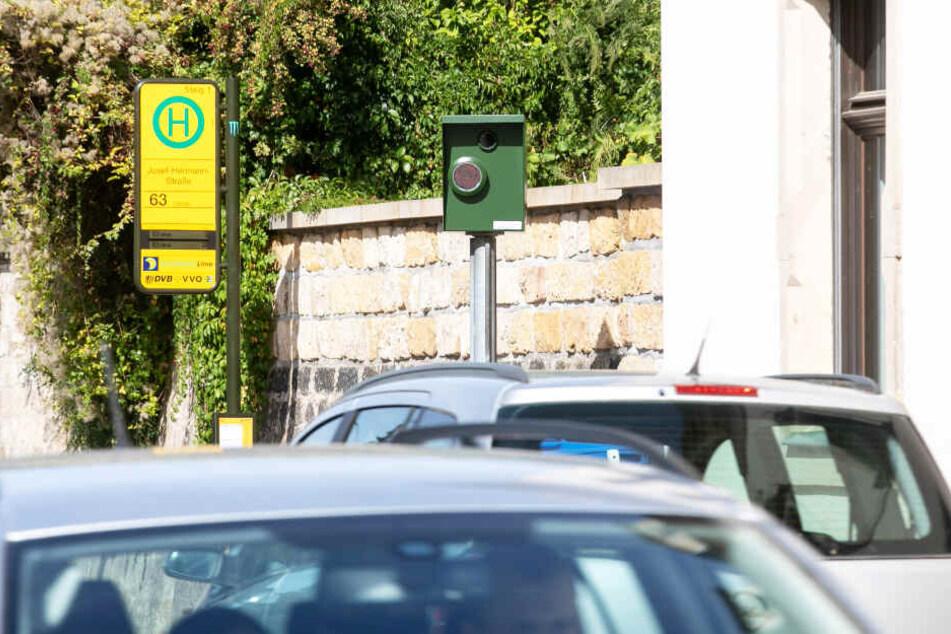 """Der Spitzen-Blitzer! Die neue Radarfalle auf der Pillnitzer Landstraße schlägt im Schnitt alle 20 Minuten zu. Mit 522.840 Euro """"Beute"""" ist die grüne Kiste der einträglichste Blitzer fürs Rathaus."""