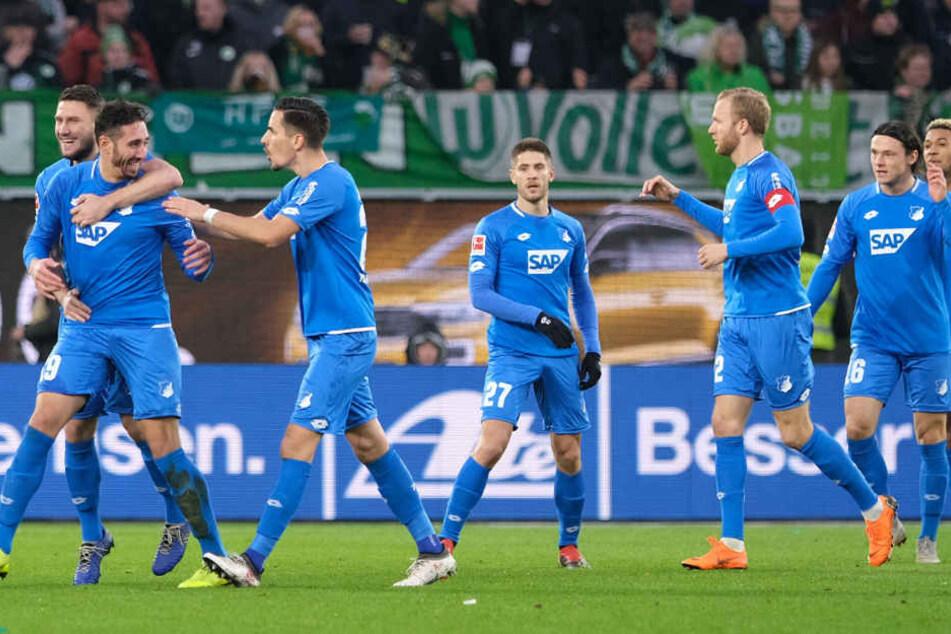 Hoffenheim bejubelt den frühen 1:0-Treffer durch Ishak Belfodil (l.)