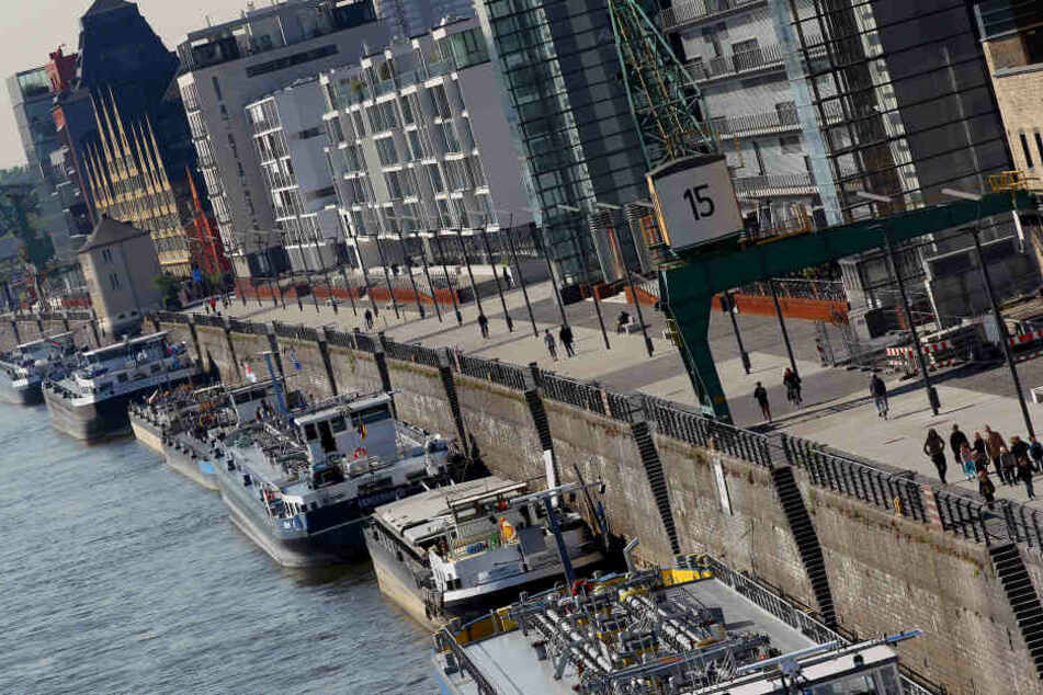Bis auf Weiteres dürfen Binnenschiffe am Rheinauhafen nur noch im Fluss ankern.
