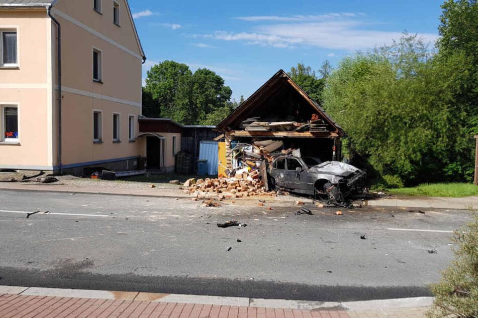 Der BMW und die Garage fingen Feuer.