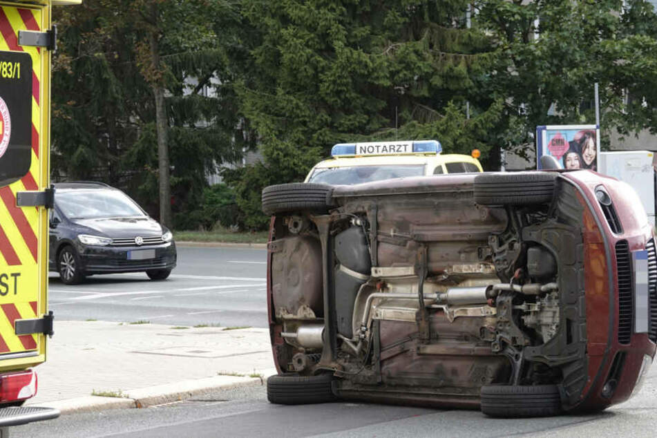 Der Fahrer wurde verletzt ins Krankenhaus gebracht.