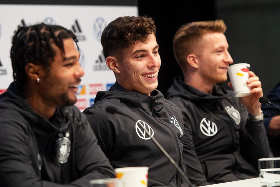 Von links nach rechts: Serge Gnabry, Kai Havertz und Marco Reus stellten sich bei einer Pressekonferenz auch den Fragen von Kindern.