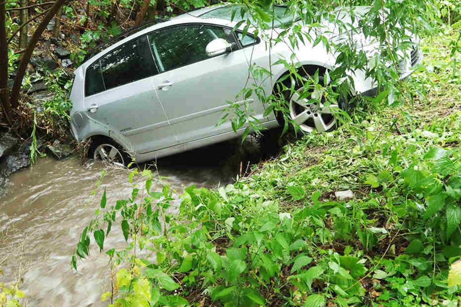Kurioser Unfall in Dresden: Fahrerin verwechselt die Pedale und steuert VW in Gorbitzbach