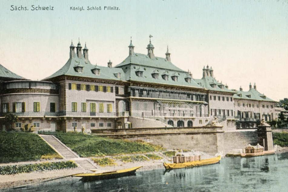 Endstation Pillnitz: Der Gondelhafen von 1724 ist noch original  halten. Die colorierte Foto-Postkarte aus der Jahrhundertwende zeigt zwei  Hof-Schaluppen vor dem Schloss.