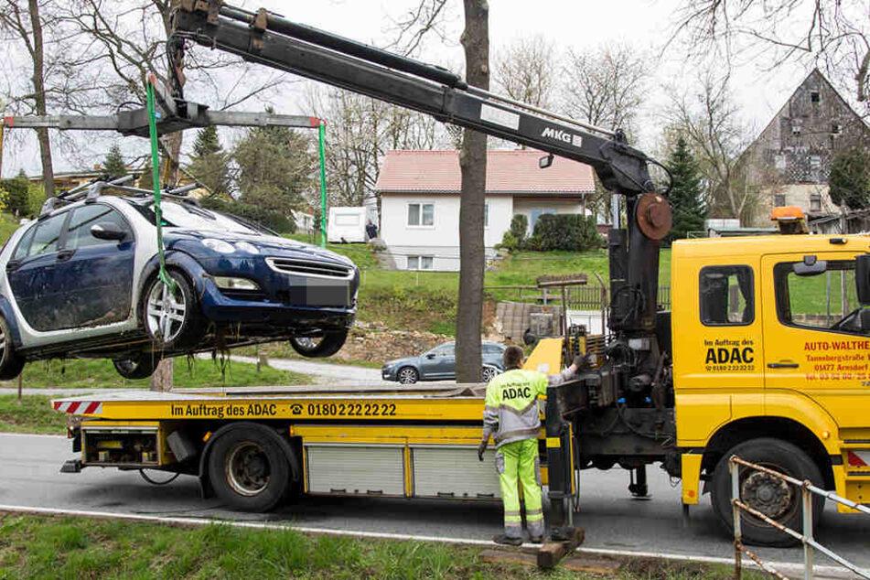 Glück im Unglück hatten zwei Smart-Insassen. Das Fahrzeug musste aus einem Bach befreit werden.