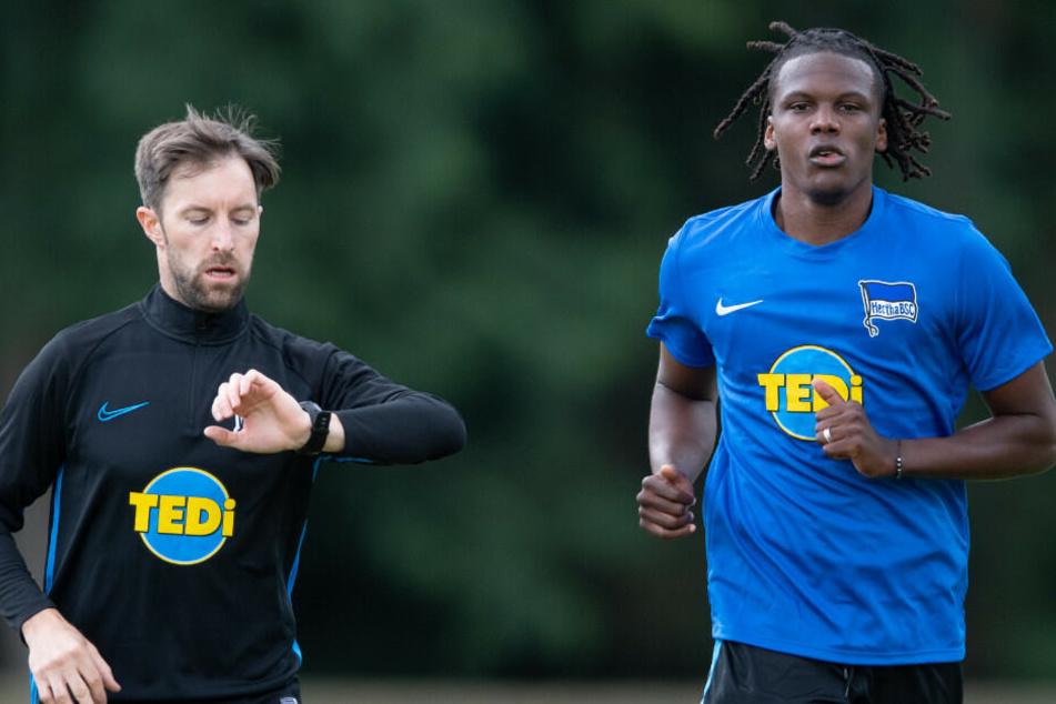 Dedryck Boyata beim Lauftraining mit Athletik-Trainer Hendrik Vieth.