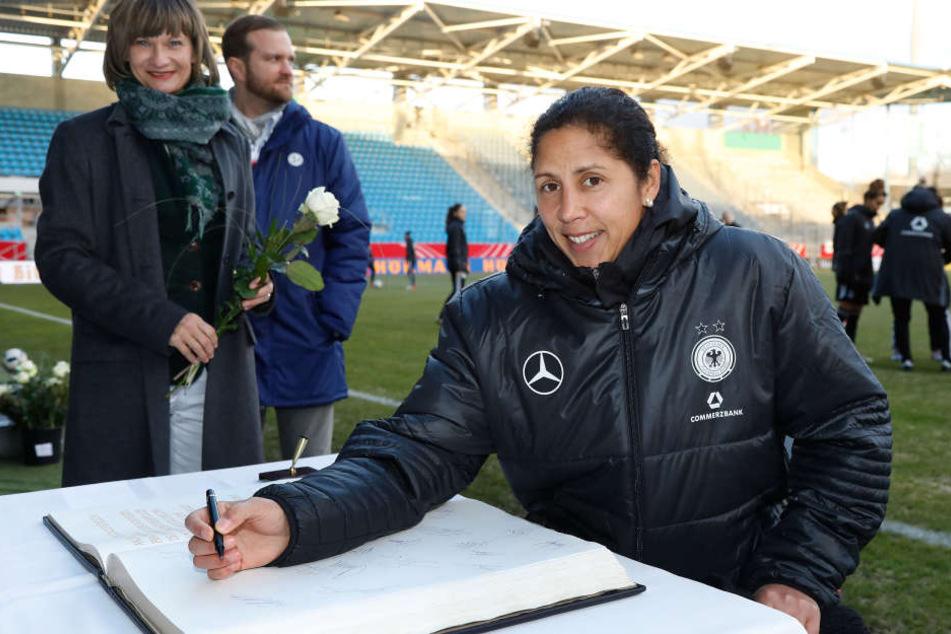 Die Trainerin der Deutschen Frauenfußballnationalmannschaft Steffi Joneshat sich am Montag in das Goldene Buch der Stadt Chemnitz eingetragen.