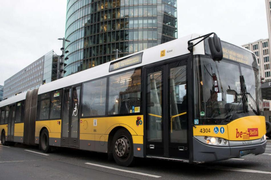 Ein Bus der Berliner Verkehrsbetriebe (BVG) fährt am Potsdamer Platz vorbei.