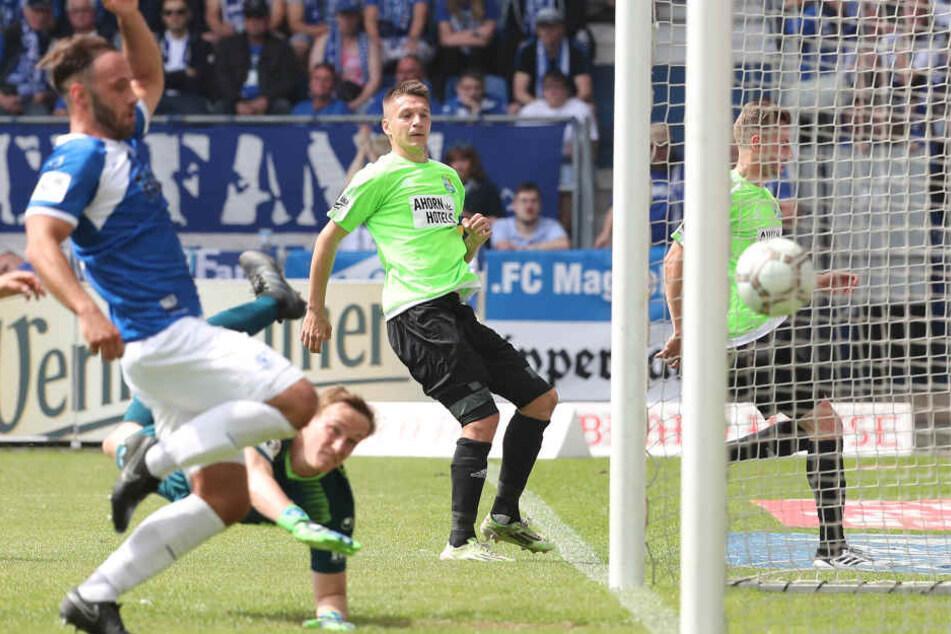 Daniel Frahn (M.) betrieb mit seinem Treffer in Magdeburg Werbung in eigener Sache.
