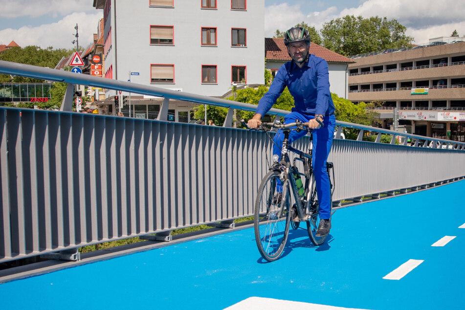 Tübingen, am gestrigen Donnerstag: Boris Palmer (48, Grüne) radelt über die kurz zuvor eröffnete Brücke.