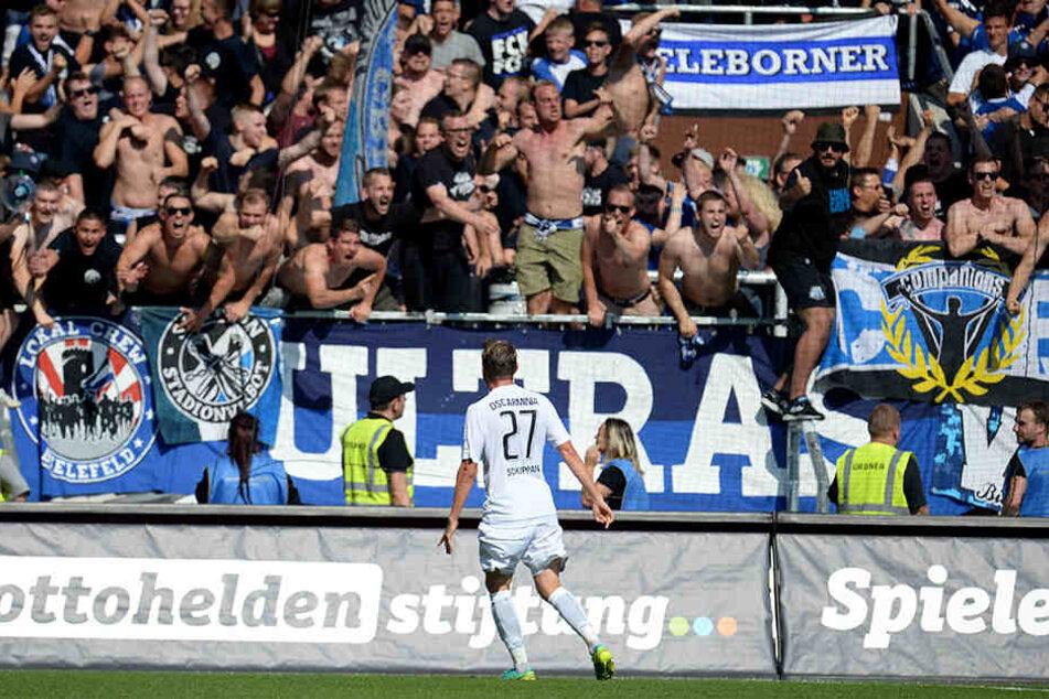 Sebastian Schuppan feiert seinen 1:1-Ausgleichstreffer vor den Bielefelder-Fans.