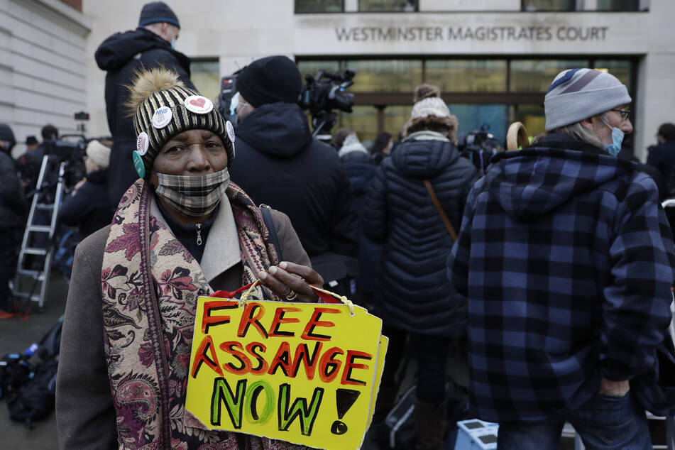 Unterstützer von Wikileaks-Gründer Julian Assange (49) warteten am Mittwoch vor dem Gericht Westminster Magistrates in London.