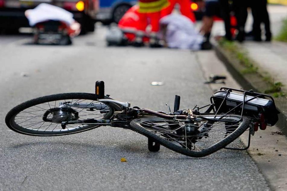 Beim Abbiegen erfasste eine Autofahrerin eine Radlerin, flüchtete jedoch vom Unfallort. (Symbolbild)