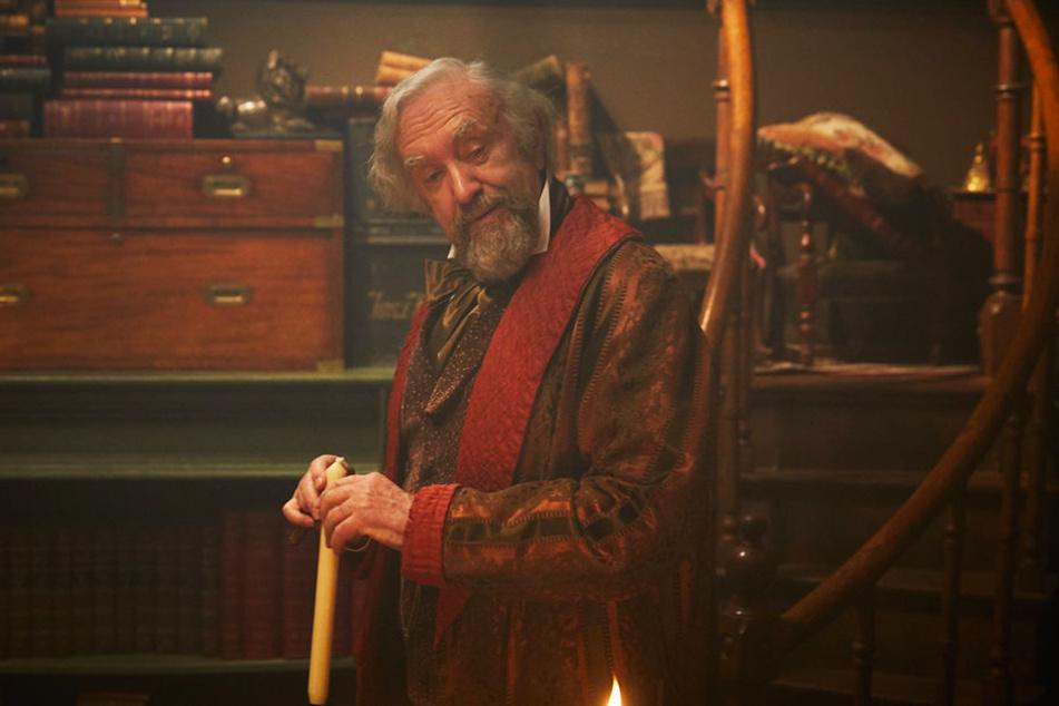 John Dickens (Jonathan Pryce) ist ein herzensguter, aber auch verschwenderischer Mensch, der seinen Sohn immer wieder bei der Arbeit unterbricht.