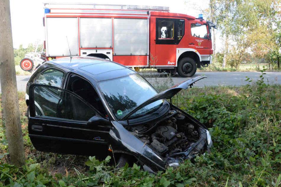 Da der Wagen nach dem Unfall qualmte, rückte die Feuerwehr an.
