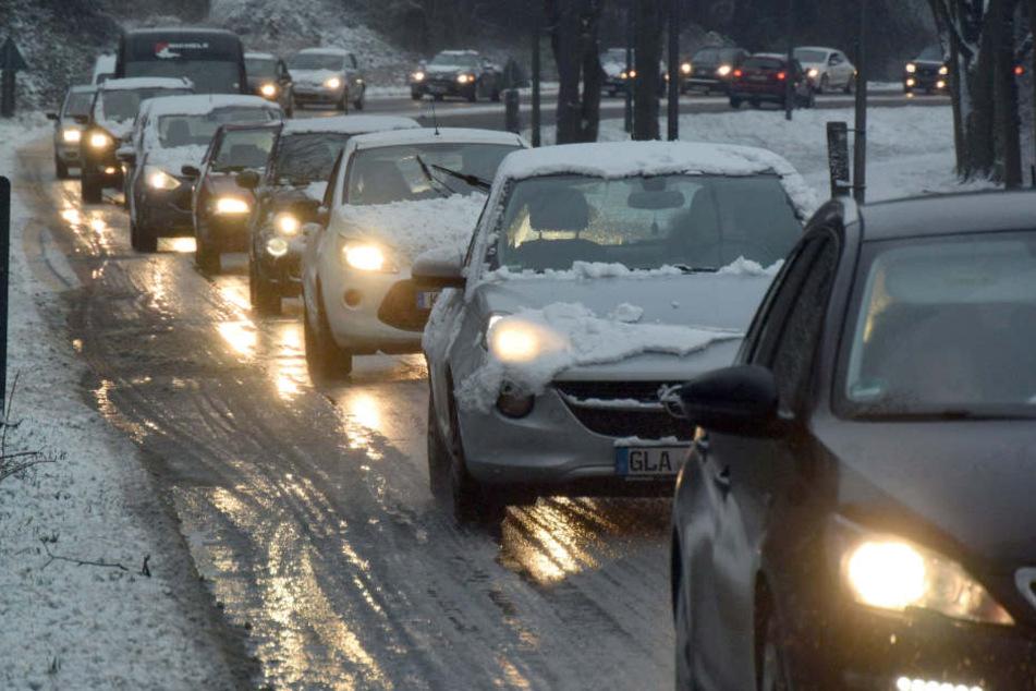 Auf vielen Straßen in Nordrhein-Westfalen lag am Donnerstag Schnee, es gab Hunderte Kilometer Stau.