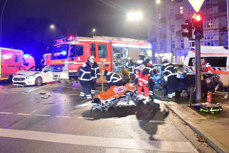 An einer Kreuzung kam es in Hamburg zu einem schweren Verkehrsunfall.