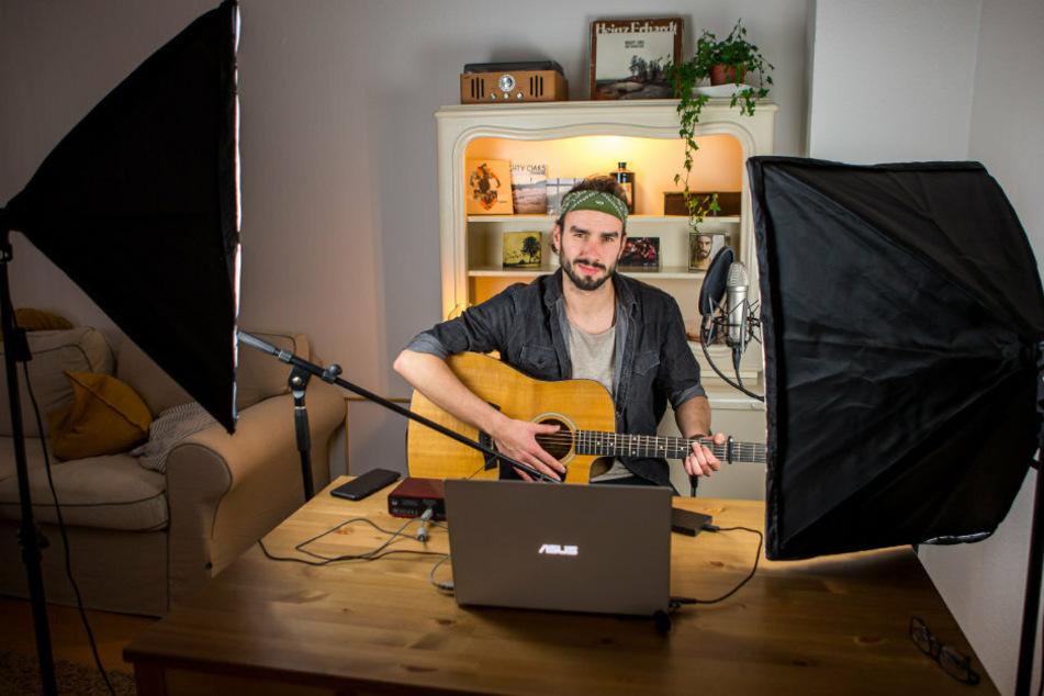 Jan Thierfelder (30) sang die neuen Titel von Jante allein im Wohnzimmer bei einem Online-Realeace-Konzert