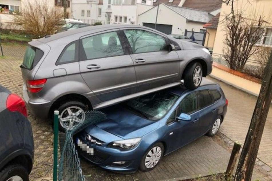 Der Zaun konnte dem Aufprall nicht standhalten, sodass der ältere Fahrer direkt auf dem geparkten Opel landete.