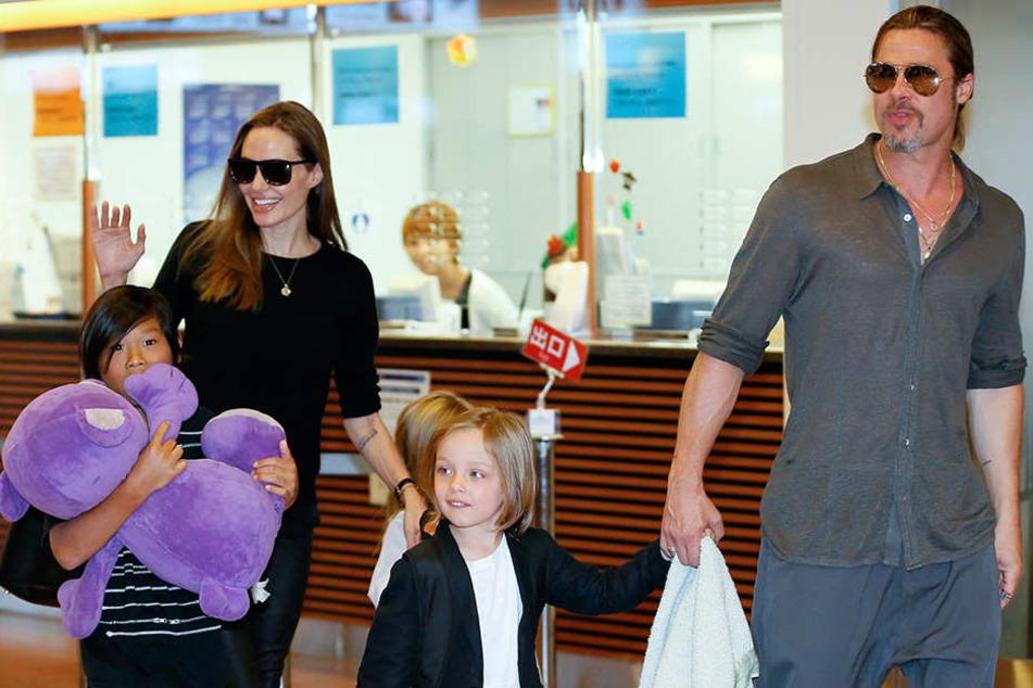 Die US-Schauspielerin Angelina Jolie und Mann Brad Pitt kommen mit ihren Kindern Pax Thien (l), Shiloh (verdeckt) und Knox Jolie-Pitt am 28.07.2013 in Tokyo am Internationalen Flughafen Haneda an.