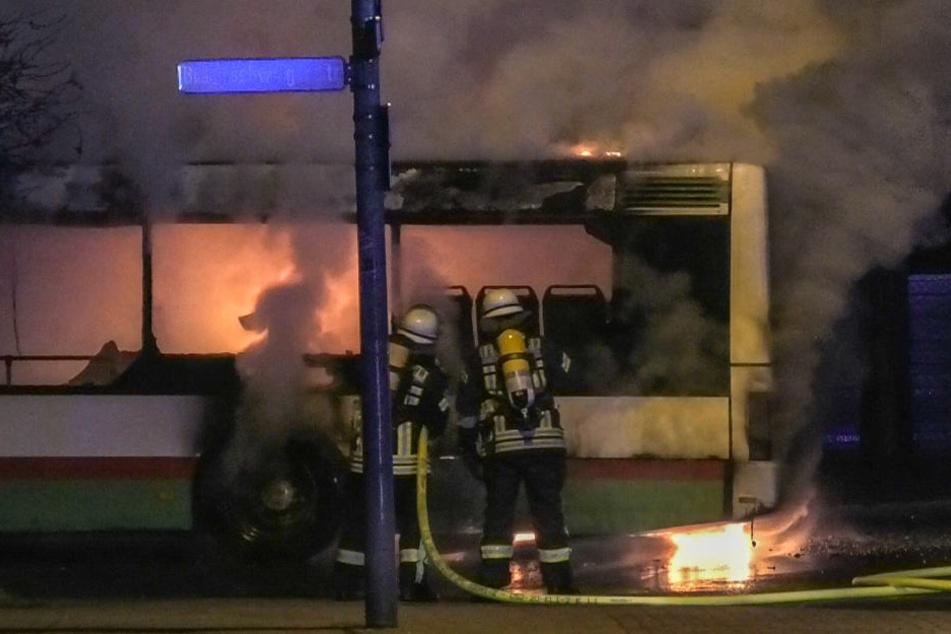 Der Bus kam während der Fahrt durch Magdeburg kurz vor Mitternacht abrupt zum Stehen. Flammen schoßen aus dem hinteren Bereich des Fahrzeuges.