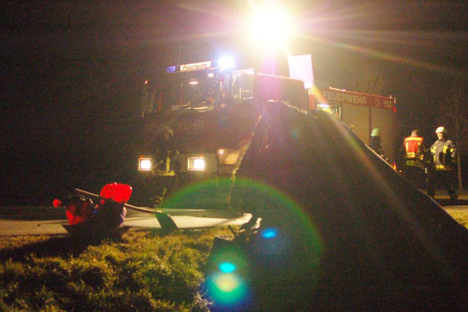 Die Feuerwehr leuchtete nach dem Crash die Unfallstelle kurz hinter der östlichen Leipziger Stadtgrenze aus.