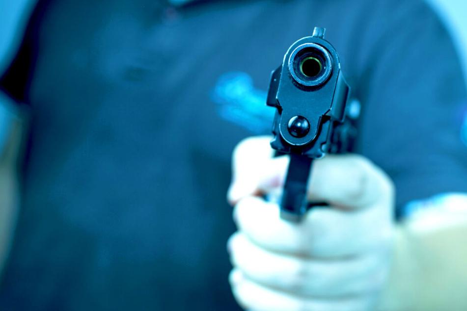 Männer überfallen Restaurant mit Pistole und Brecheisen!