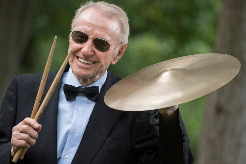 Den Beat im Blut! 91-Jähriger Jazz-Musiker spielt noch jeden Tag Schlagzeug