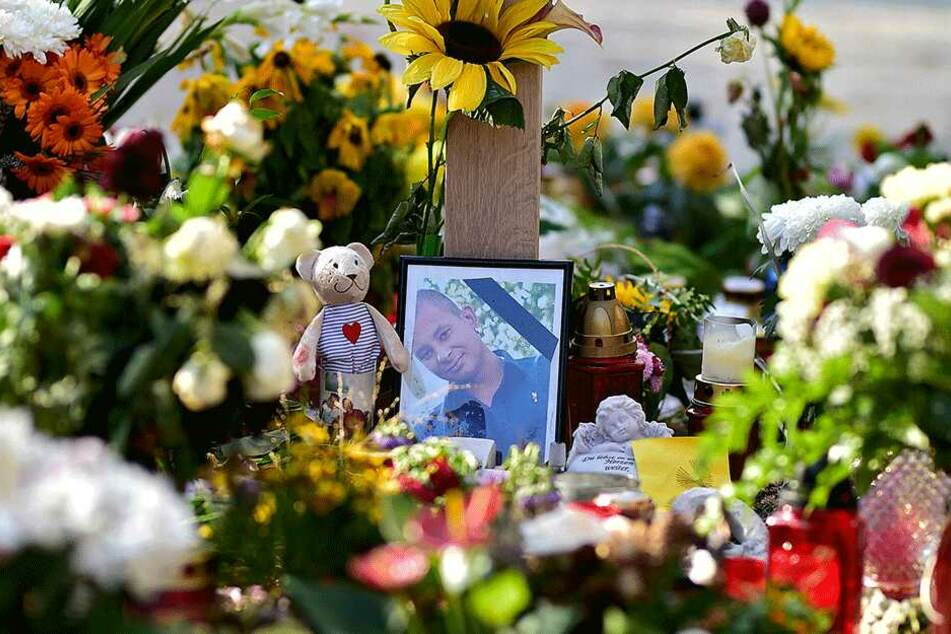 Daniel H. (35) wurde Oper einer Straftat. Am Tatort werden immer wieder Blumen und Kerzen abgestellt.