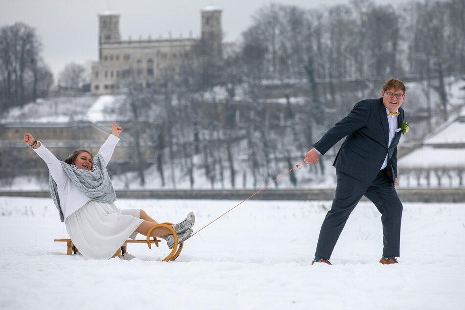 Auf dem Schlitten ins Eheglück: Ein Fotoshooting auf den verschneiten Elbwiesen ließen sich Josefine und Karl trotz klirrender Kälte nicht entgehen.