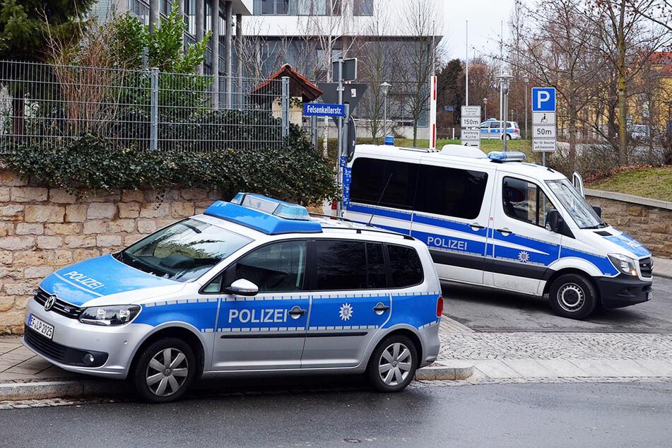 Polizeifahrzeuge stehen am Straßenrand. (Symbolbild)