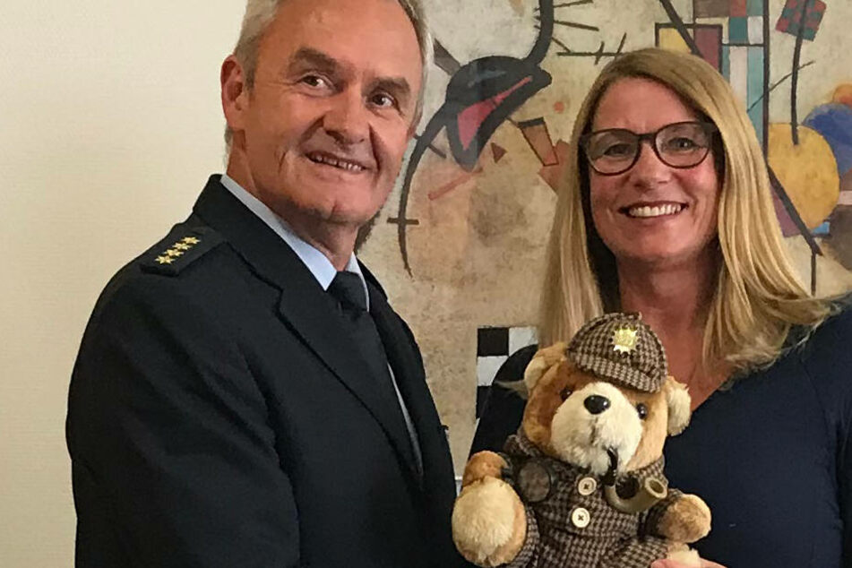 Friedhelm Hinzen, Abteilungsleiter der Polizei Rhein-Kreis-Neuss dankte der Angestellten.