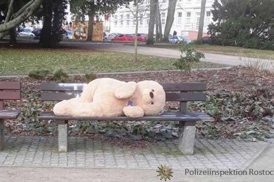 Einsamer Teddy auf der Parkbank!