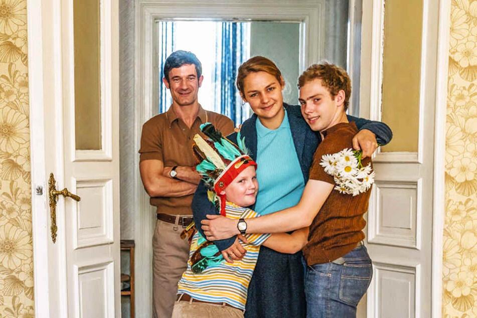 Hans-Peter Kerkeling (Zweiter von links, Julius Weckauf) mit seiner Mutter Margret (Zweite von rechts, Luise Heyer), Bruder Matthes (r., Jan Lindner) und Vater Heinz (l., Sönke Möring)