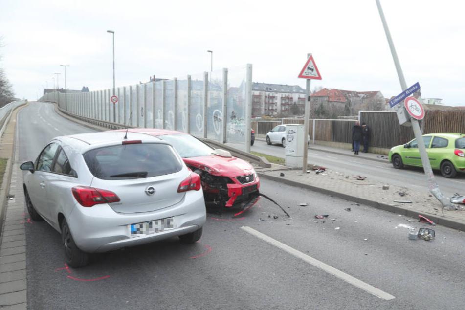 Der Seat Ibiza krachte in den Opel. Rechts ist der einsturzgefährdete Mast zu sehen.