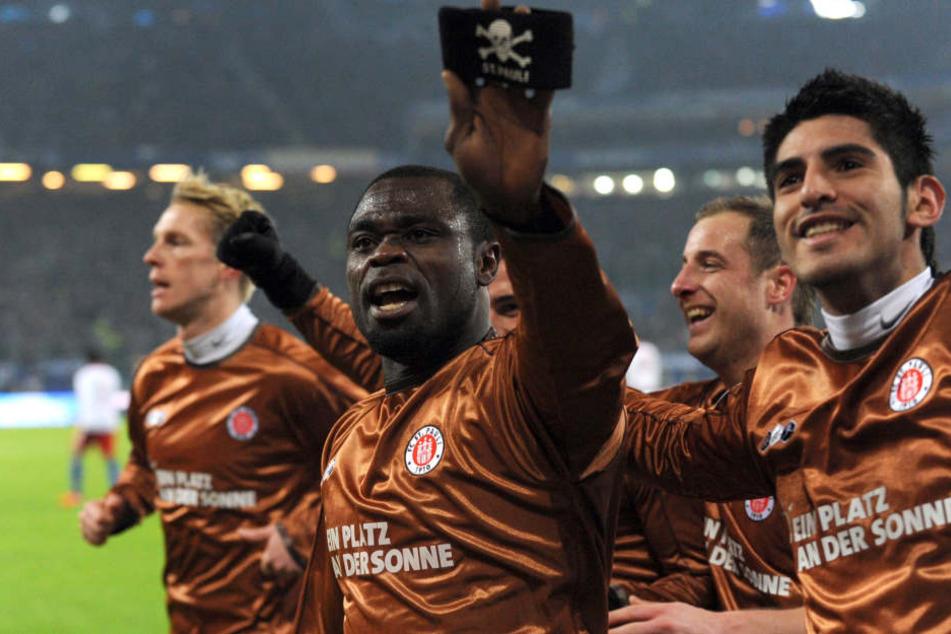 Gerald Asamoah (M) nach seinem Siegtor im Derby gegen den HSV. (Archivbild).