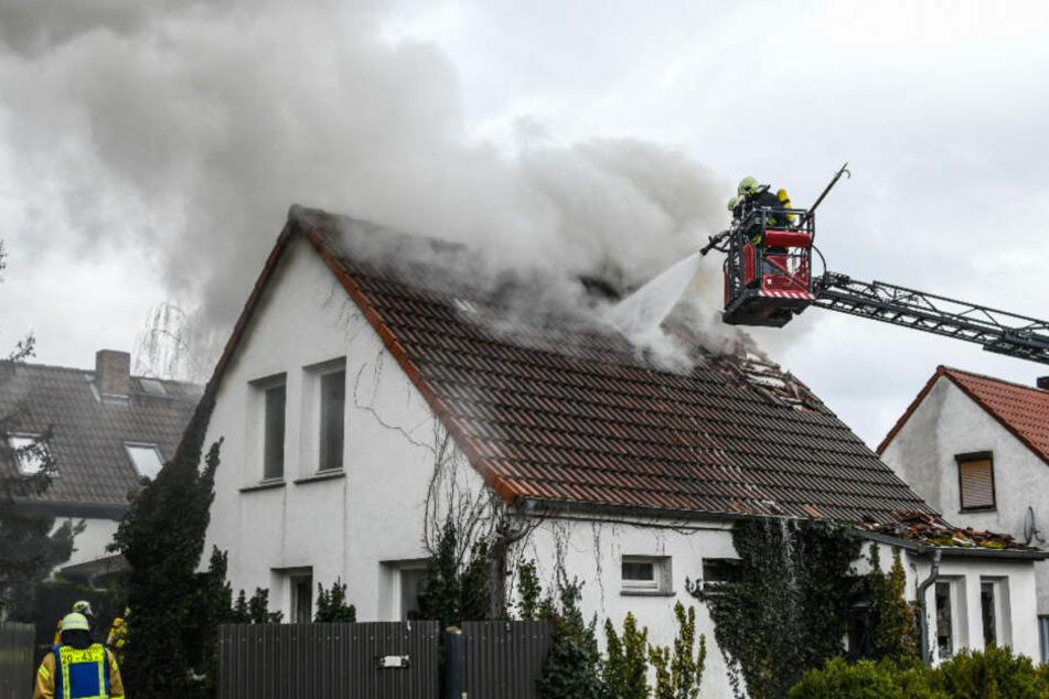 Ein Großaufgebot der Feuerwehr musste ausrücken um das Feuer unter Kontrolle zu bringen.