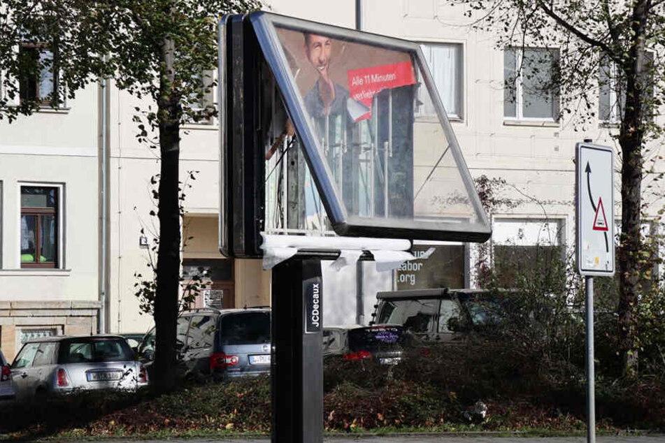 Auf der Georg-Schumann-Straße Ecke Delitzscher Straße zerstörte der Sturm ein Reklame-Schild.