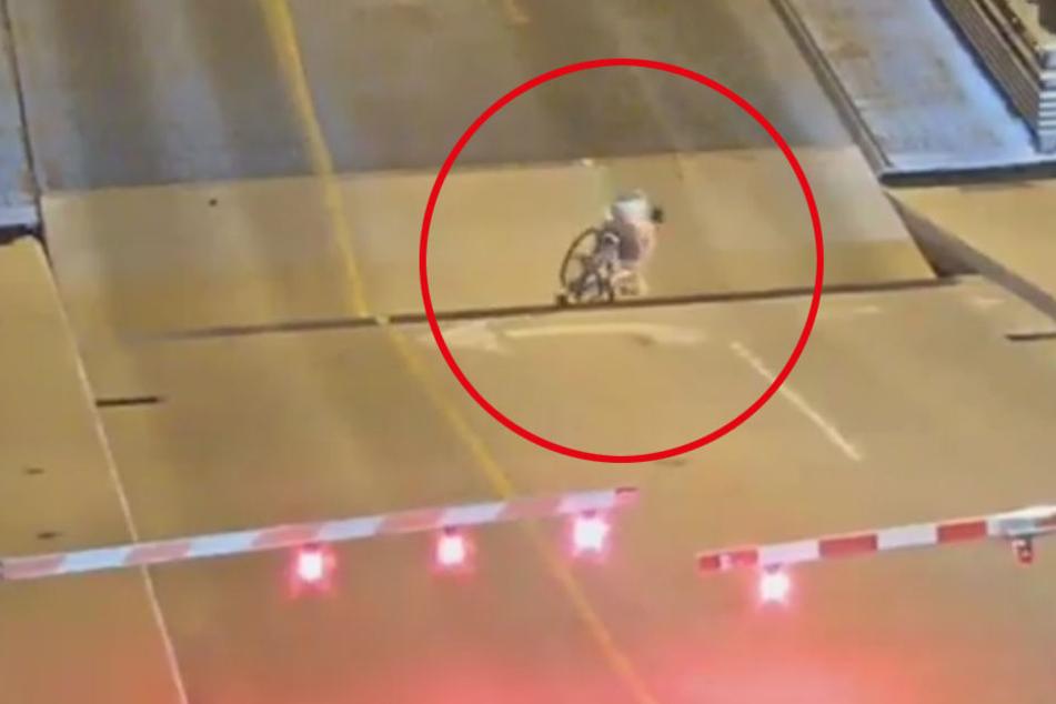 Die Radfahrerin versuchte noch, die Lücke geschickt zu umfahren, doch es half nichts. Sie verschwand im Schlund der Brücke.