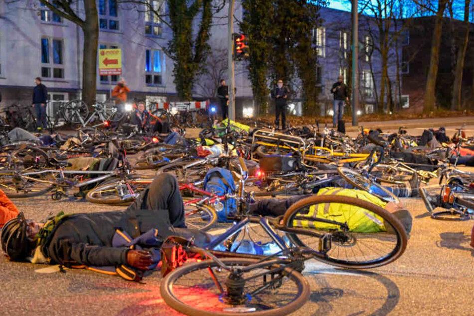 Am Abend kamen zahlreiche Menschen zu einer Mahnwache an den Unfallort. Sie legten sich und ihre Fahrräder auf die Straße.