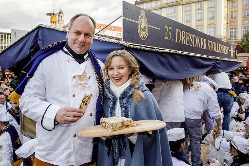 Probiert und für gut befunden: OB Dirk Hilbert mit Stollenmädchen Lina Trepte.