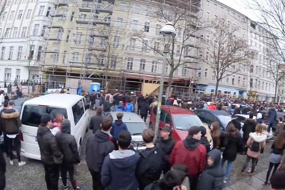 Hunderte Jugendliche versammelten sich, um Ufo361 zu sehen.