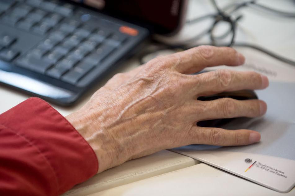 Jeder zweite Senior in Deutschland nutzt das Internet. (Symbolbild)