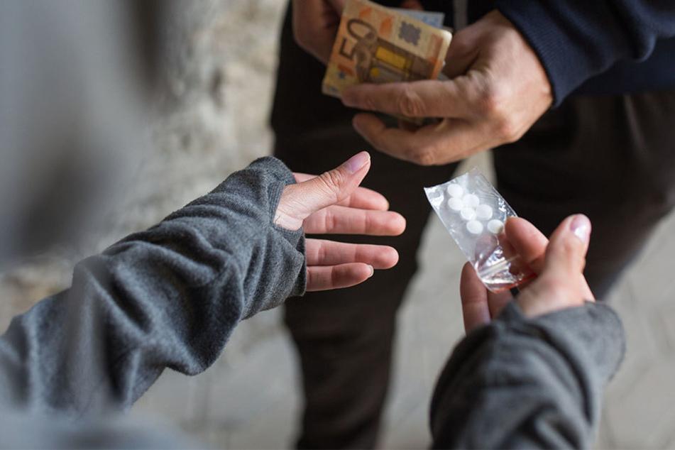 Weil eine Waffen bei den Drogen gefunden wurde, könnte das Duo jetzt schärfer bestraft werden. (Symbolbild)