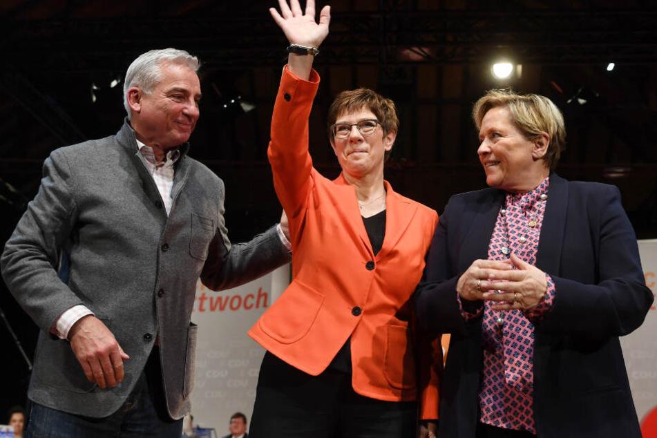 Die CDU-Vorsitzende Annegret Kramp-Karrenbauer (mittig) bedankt sich nach ihrer Rede bei den Zuhörern. Links der Landesvorsitzende der CDU in Baden-Württemberg, Thomas Strobl, rechts Susanne Eisenmann, Kultusministerin des Landes Baden-Württemberg.